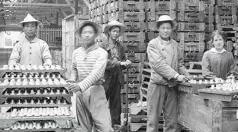 Chinese_workers_WWI_munitions_factory_(14591966191)
